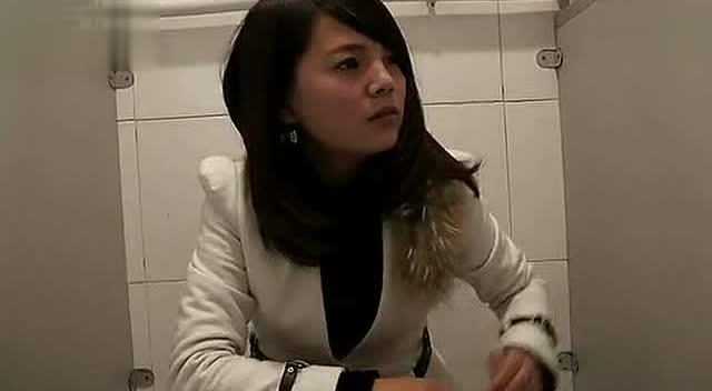 美女被强奸时的视频戏剧片_美女上厕所忘带手纸,糗大了!