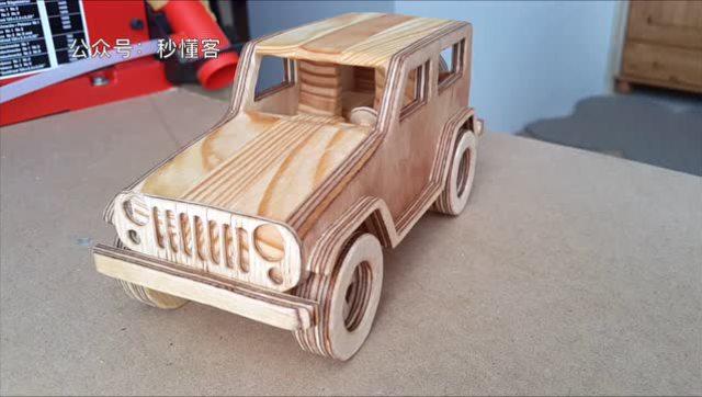 牛人用木板制作的吉普车