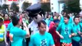 视频:上海马拉松赛雨中开跑 奇异造型夺眼球