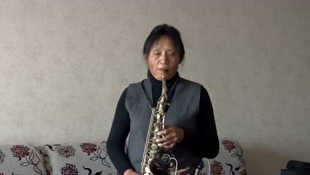 大妈家中萨克斯独奏《西游记》插曲《女儿情》好听,经典就是经典