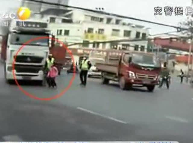 """""""熊孩子""""马路上追逐打闹 进入司机视线盲区险酿大祸"""