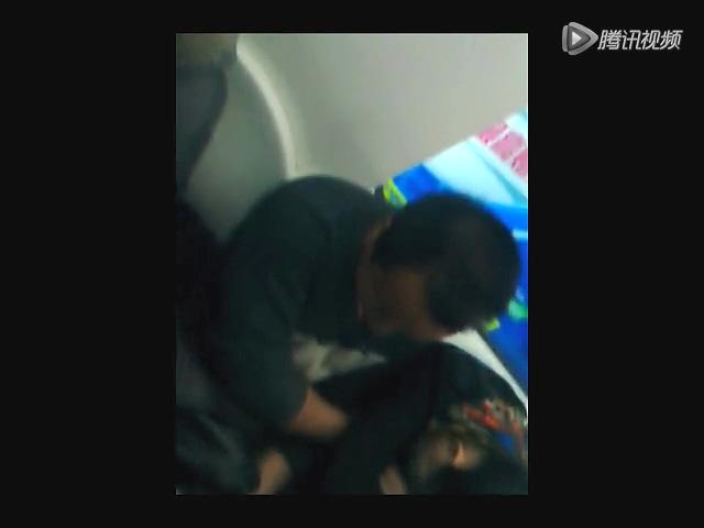 女子地铁上抽猥琐男_实拍北京地铁女子被猥琐男摸胸10分钟截图