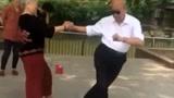 这么花稍的大爷大妈舞跳得太溜啦