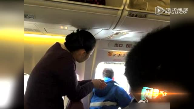 男子在飞机起飞前打开安全门 头伸门外称要透气