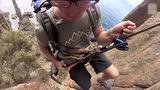 视频:400米高悬崖走扁带 极限达人足底巨浪飞溅