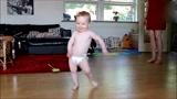 孩子你这跳舞的天分是妈妈遗传给你的吧,跳的太逗了