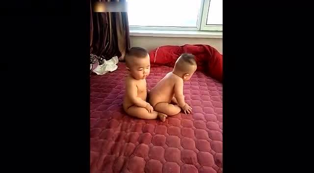 超可爱的双胞胎男宝,这当爹的好幸福啊