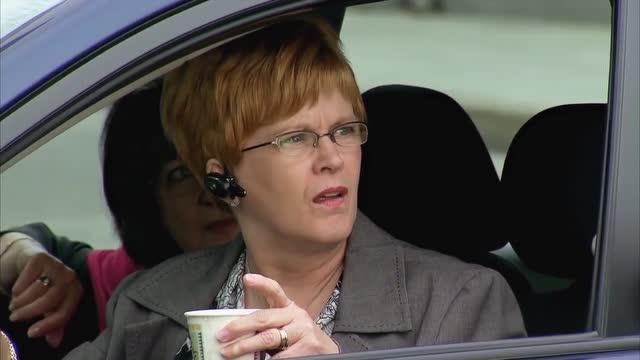 轿车司机把可乐倒到交警身上了,交警脱衣服让司机买