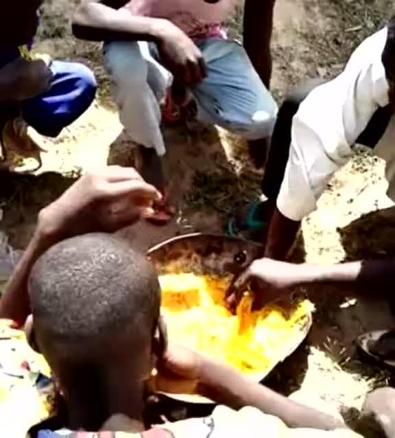 实拍非洲人吃面条 看样子是真的不洗手图片