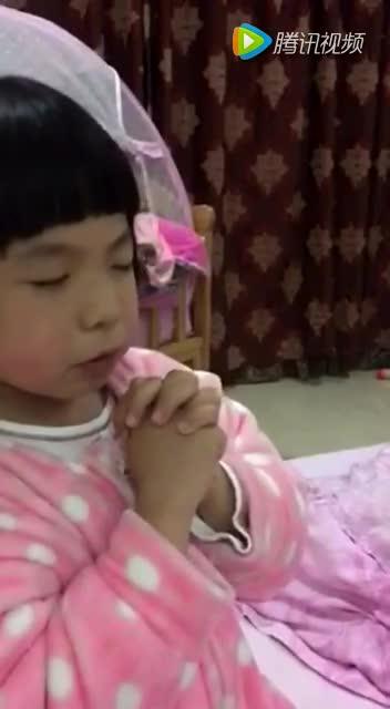 可爱的小女孩祷告!