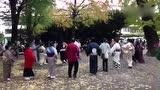 日本的广场舞有特别的感觉,这样跳还挺欢乐的!