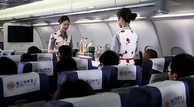 三男子在飞机上刁难美丽空姐,不料反被空姐辣手反击