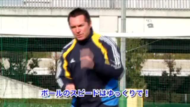 视频:汤姆足球训练之脚弓出球+带球转身练习