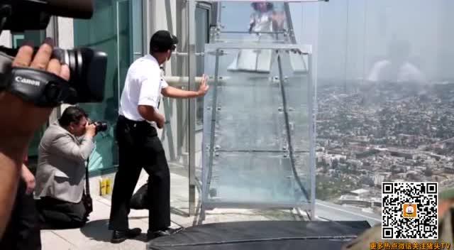 300米高空的透明玻璃滑梯滑下