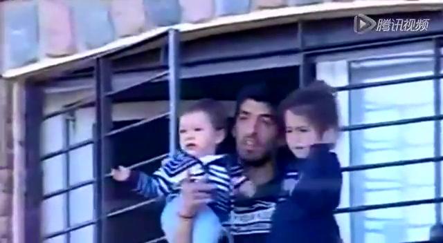 苏神阳台抱孩子挥手致谢!私宅外聚满球迷截图