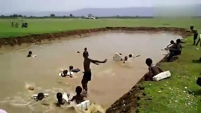 这就是农村的游泳池,小孩子们在里边玩耍