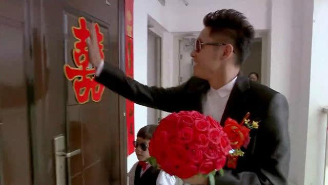 新郎来接新娘,门外等了大半天,新娘就是不开门,一怒下