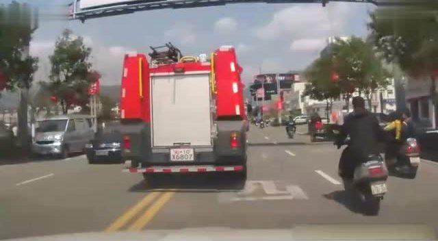 行车记录仪抓拍的大货车主动让道消防车的感人瞬间