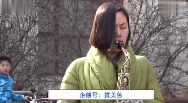 姑娘广场萨克斯独奏《红尘情歌》引百人围观,让人陶醉!
