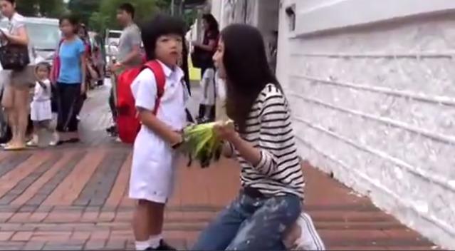陈慧琳素颜接儿子放学