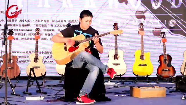 巨强的木吉他演奏者