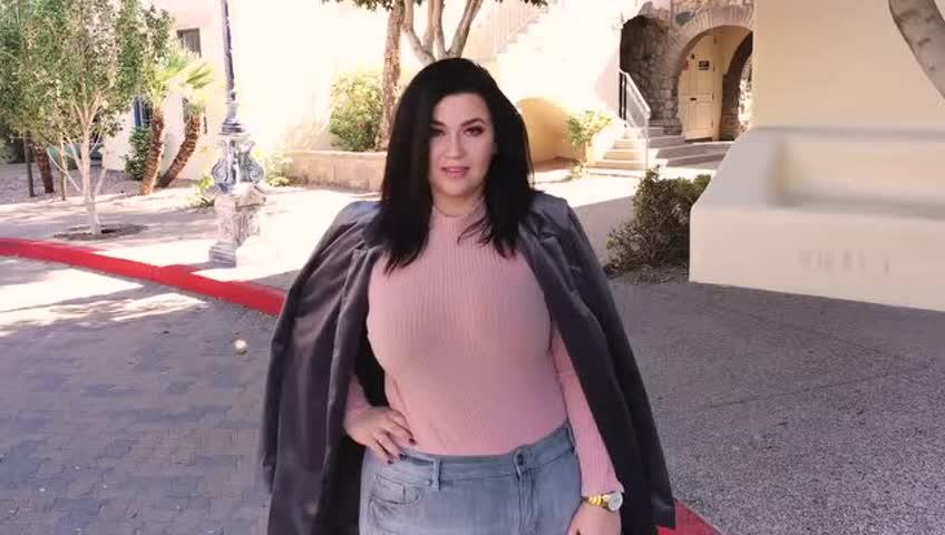 最新时尚胖女孩穿衣搭配街拍秀