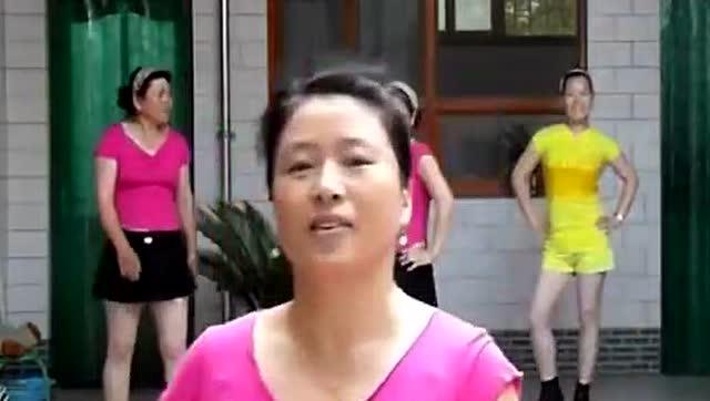 看过好多版本《小苹果》舞蹈 农村大姐给你演示不一样的舞蹈图片