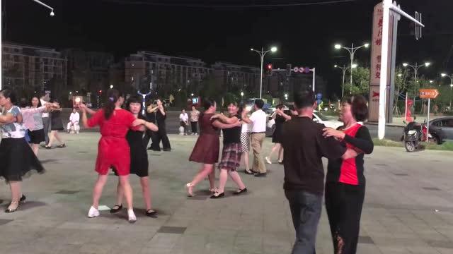 广场舞越来越火了 农村小姑娘跳的真不错