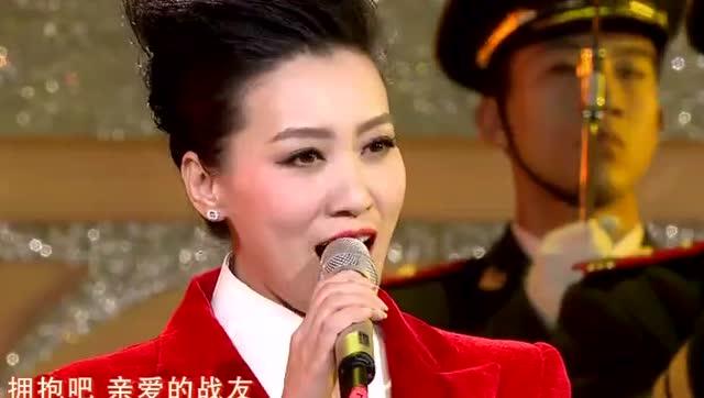 谭晶《祖国万岁》史上最帅气红色西装仪仗队现场表演 气势恢宏