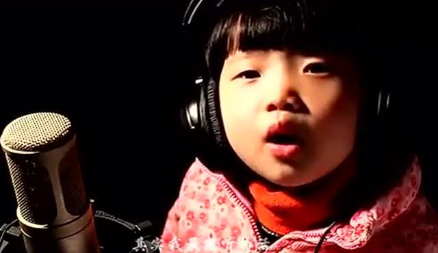 漂亮小女孩唱《自由飞翔》边唱边跳可爱极了