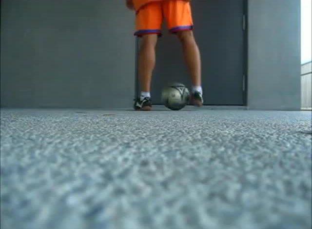 花式足球初阶起球技巧-foot roll up图片