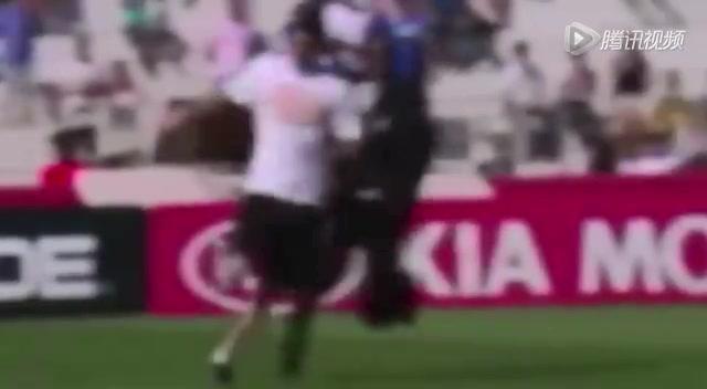 球迷硬闯法国训练场 保安遭戏耍搞笑相撞截图