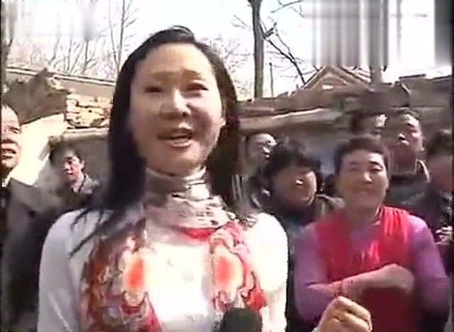 在朱之文家里于文华给乡亲们唱歌 场面亲民图片