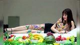 东莞美女人体盛宴 模特身画水果遮体