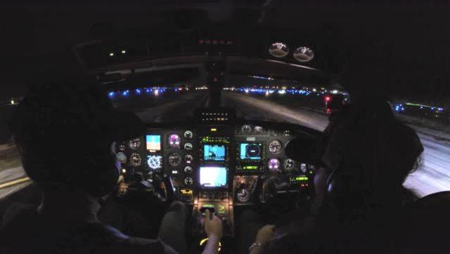 驾驶私人飞机在暴风雨的夜晚飞行