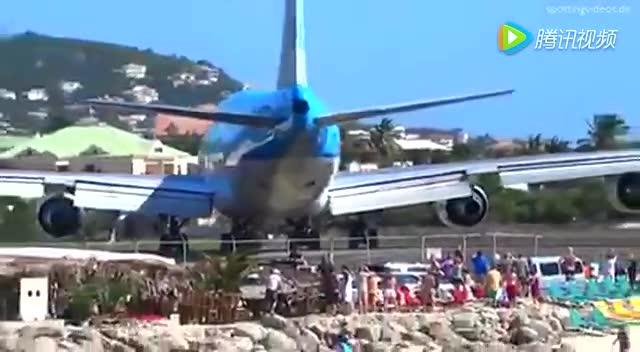 波音747起飞的气流将围观飞机起飞的游客吹