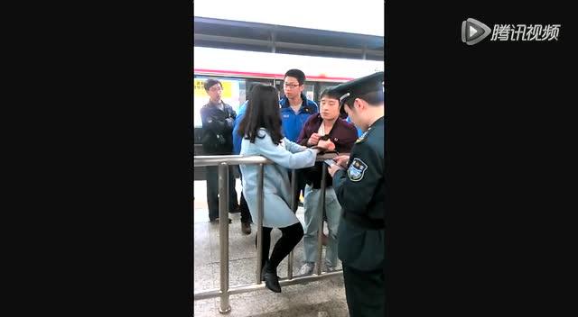 通过该视频记者看到 一个身穿蓝色长款外套的女子