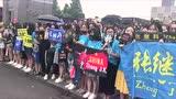 视频:百名粉丝赛场外等候张继科 献唱《成都》
