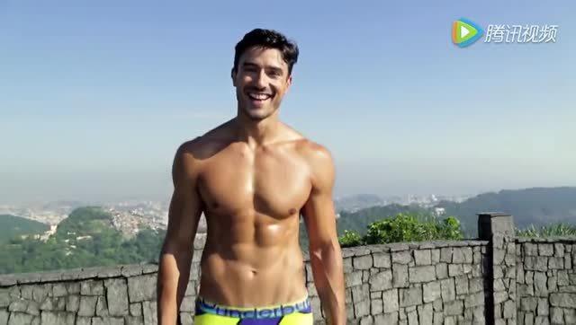 男子泳装表演_巴西男子泳装秀,还有这邪魅笑容,如何控制得住不舔屏
