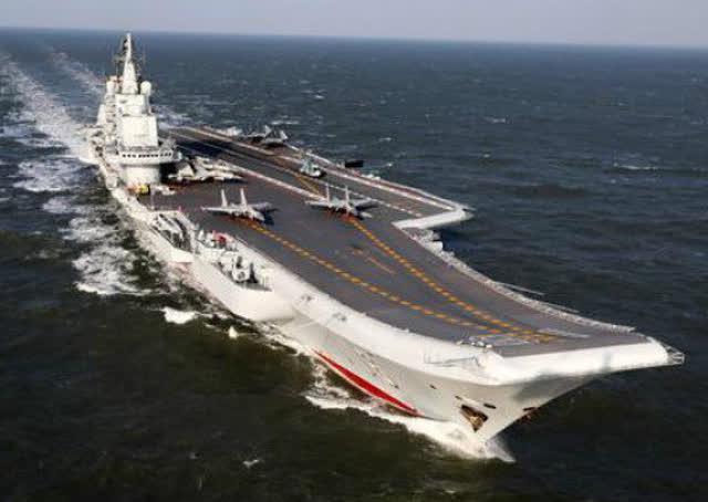 中国航母编队突破第一岛链