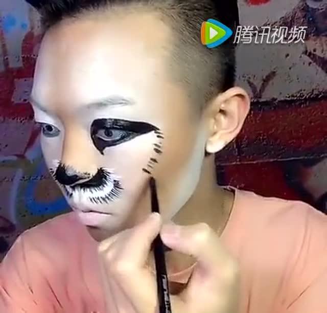 男子化妆成老虎,形象逼真,估计混动物园都没问题!