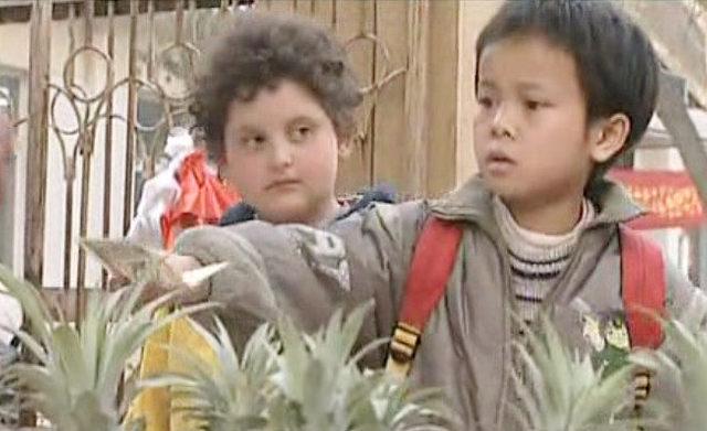 外国小男孩请穷孩子吃馅饼,穷孩子回请他,最后还说了句拉硬的话