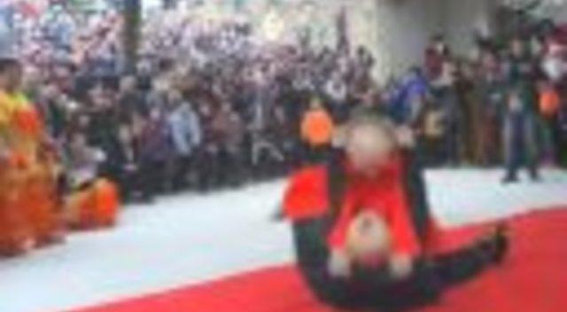 民俗文化表演 搞笑的木偶摔跤