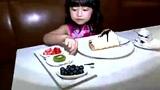 萌娃做蛋糕送妈妈 美心妹妹哄得妈妈心花怒放