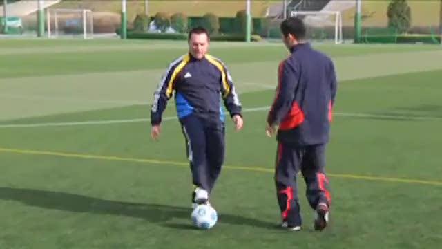 视频:汤姆-拜尔足球训练之脚弓带球加速突破