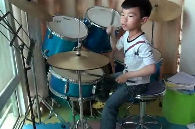 小男孩用架子鼓打出逆战,大师水平