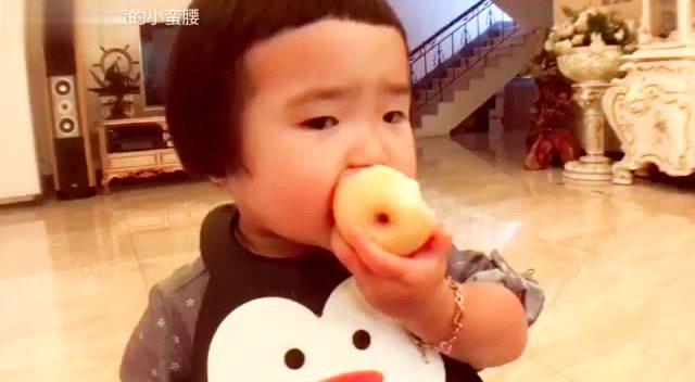 小蛮扎起了小辫子 吃个水果都超可爱!