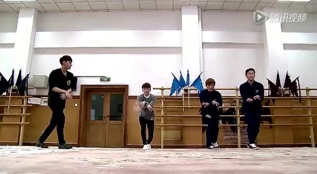 EXO空降《叮咯》 金钟国熊黛林下半身拥抱截图