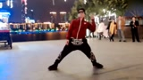 小哥广场机械舞演绎苏运莹的《野子》帅气
