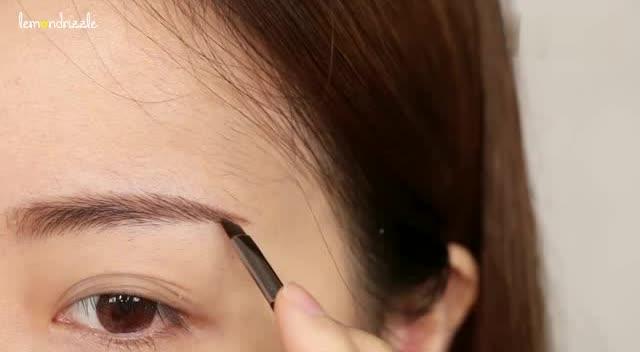 女生素颜和化妆后效果对比